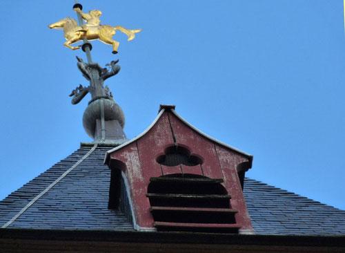 Toiture du Beffroi avec sa girouette et sa lucarne- Photo: Sylvie Gilliard