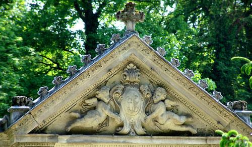 Fronton de la Chapelle Fussien au cimetière de la Madeleine à Amiens