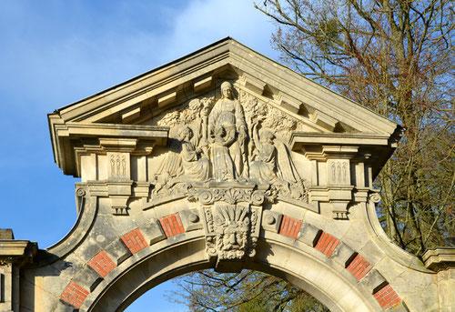 Fronton du portail du château de Ribeaucourt