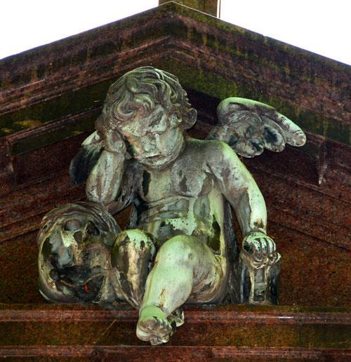 Gros plan sur l'ange pleureur du cimetière du Père Lachaise