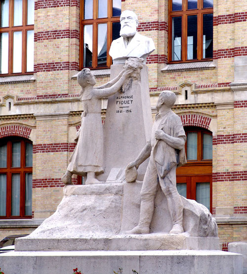 Monument à la mémoire d'Alphonse Fiquet- Cour d'Honneur du collège Auguste Janvier