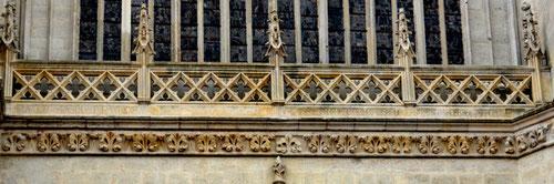 L'inscription au-dessus du portail de la Vierge dorée, difficile à lire, date de 1845