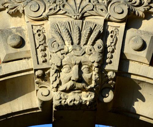 Clé de voûte du portail du château de Ribeaucourt
