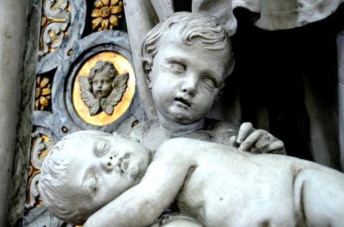 Les enfants au pied de la statue de Saint Vincent de Paul
