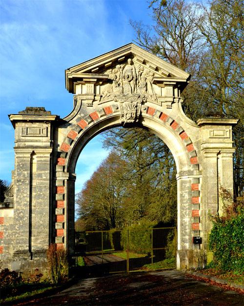 Portail du château de Ribeaucourt