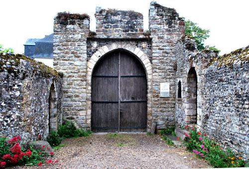 """la porte du """"Castel"""" de Saint-Valery avec ses chasse-roues"""