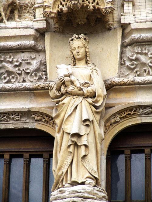 La Vierge de la façade entre le tympan et le trumeau