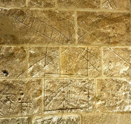 Moulin sur les murs de l'église Saint-Sulpice d'Huppy