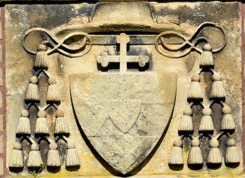 Blason sculpté sur le socle de l'oratoire