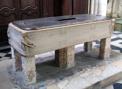 Amiens- La cuve baptismale de la Cathédrale