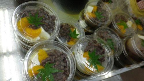 デザートの手作り杏仁豆腐とコトコト煮た北海道小豆