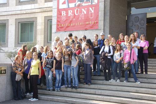 """""""Meine Stadt - Deine Stadt """"  Projekt des Deutschen Kulturverbandes Region Brünn               zum 20.jährigen Jubiläum der Städtepartnerschaft Stuttgart-Brünn. Das Bild zeigt die insgesamt 45 jugendliche Preisträger aus beiden Städten in Stuttgart."""