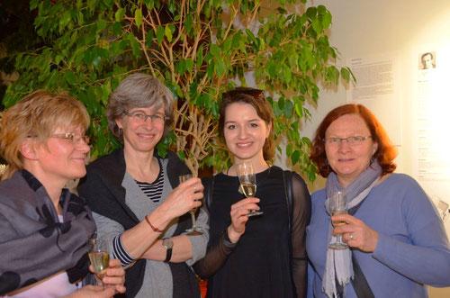 von links nach rechts: Die Autorin der Ausstellung Frau Jana Šinkyčíková, Frau Anja Krämer, Kuratorium Weissenhof, Klára Müčková, mitwirkende Studentin und Frau Becher-Sofuoglu, Projektförderung Kulturamt Stuttgart