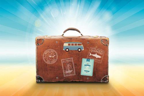 Alter Reisekoffer mit vielen Aufklebern