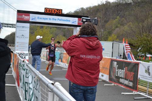 Der Sieger des 5 km Laufes im Ziel