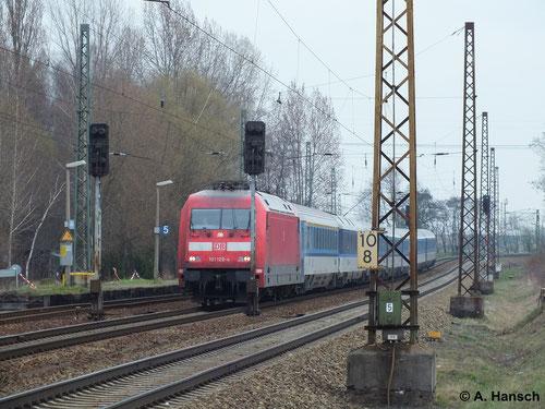 Dieser IC ist im grenzüberschreitenden Verkehr unterwegs. In Dresden wird die Fuhre wohl durch eine tschechische BR 371 übernommen. Den deutschen Streckenteil übernimmt 101 120-4, hier in Leipzig-Thekla