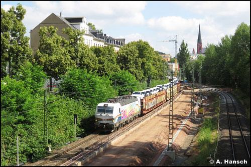 """Die Werbe-Vectron 193 366-2 """"Einziganders"""" durchstreift am 18. Juli 2020 mit dem arg verspäteten GA 47337 das Chemnitzer Stadtgebiet"""