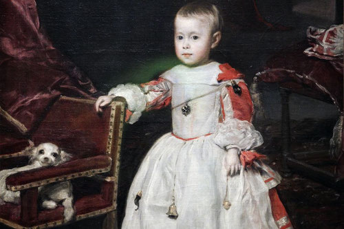 Detalle de Felipe el Próspero,depositadas por fin las esperanzas de sucesión dinástica, con presencia de dijes y amuletos en una época de alta mortalidad infantil.La atencion centrada en la salud del nuevo príncipe,quien pronto empezó a mostrar problemas.