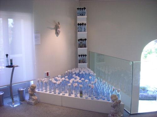 EN MEMORIA.Instalación de botellas de cristal con recuerdos de difuntos. Jason K. DY, SJ. 2010