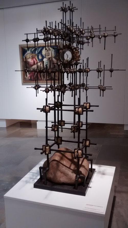 Ostensorio Eucarístico 1960. Coomonte. Hierro forjado y engarces de piedra de cuarzo. 150x90x90cm. Museo Nacional Reina Sofía.