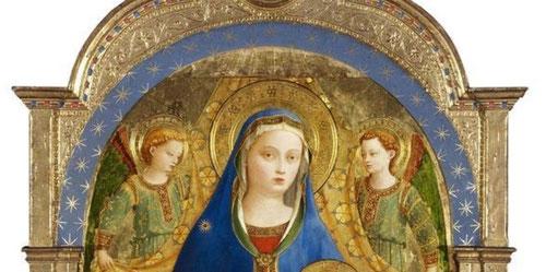Los pliegues y sombras en el paño dorado de honor detrás de la Virgen o las alas verdes de los ángeles  están intactos.La superficie de la pintura tras la restauración revela excelente estado de conservación.