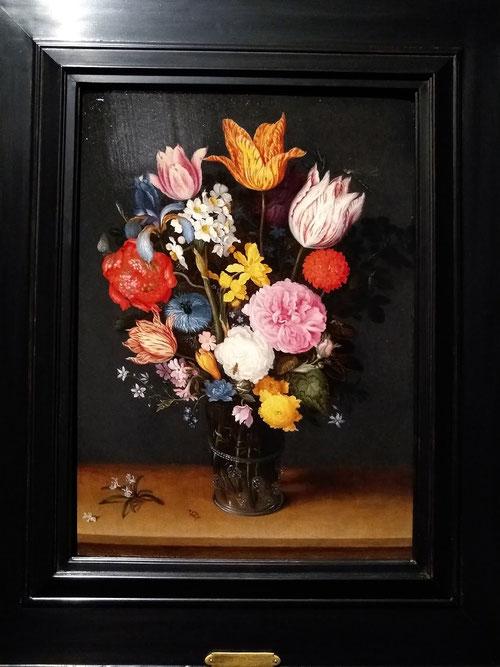 Ambrosio Brueghel.Ramo de flores con jarrón de cristal.Óleo sobre cobre.25x20cm. Colección privada. El fenómeno de la creciente tulipomanía fue el primer caso de especulación comercial en la historia.