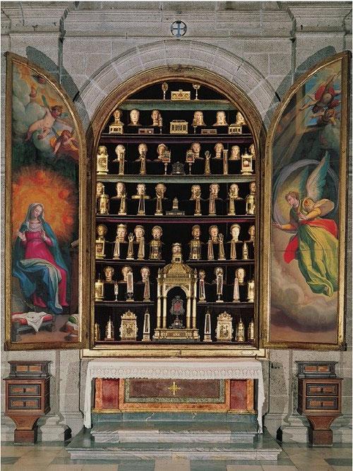 Altar relicario de la Anunciación abierto.Basílica del Real Monasterio de San Lorenzo del Escorial. La naturaleza de las reliquias es de dos clases: óseos (cráneos, costillas, peroné..) u objetos de Tierra Santa.Disminuido tras el expolio francés.