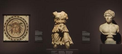 Izquierda cabeza de Medusa romana de Alcolea del Rio, Sevilla,175-225 AC. Fragmento de mosaico.Personaje de la mitología griega que tenía serpientes de cabello y petrificaba a quien lo miraba,decapitada por Perseo tenía poderes,utilizado como talismán.