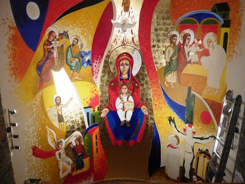 María en el centro sosteniendo a su Hijo como Trono de Sabiduría,con 4 escenas marianas: La Natividad, La Anunciación,la Presentación y la Crucifixión.