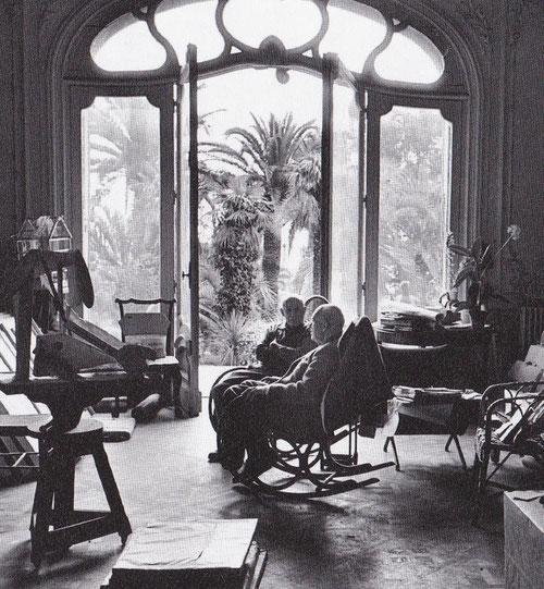 Fotografía de Picasso y Kahweiler,1957.Colección Klewan. Se aprecia el paisaje que repite con ventanal frondoso y palmera que disfruta desde su estudio.