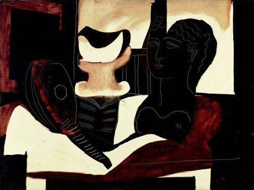 Naturaleza muerta con busto, 1925 es una de las grandes obras que supone un punto de inflexión en la evolución del artista:el motivo clásico convive con la novedad del cubismo,investiga caminos diversos donde insiste en los motivos cotidianos,el velador..