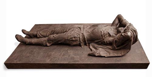 """El hombre del sur 1972,pizarra aglomerada con resina.Sugiere una tragedia,con los brazos levantados,la caja torácica abultada y el vientre hundido, forma pareja con la """"pietá""""d arriba,agonía que recuerda al esclavo de Miguel Angel."""