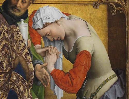 """Magdalena en un gesto abrumador de dolor, retuerce sus brazos, mientras en su cinturón """"IESUS MARIA"""" Las tracerías pintadas en los extremos superiores, igual que el remate del centro, se asemeja a esculturas policromadas."""