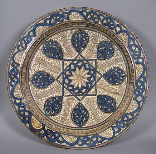 Albarelo de Manises, hacia 1390 AC. Con aplicación de óxidos metálicos con efectos iridiscentes. Los alfareros musulmanes de Valencia eran los más conocidos.