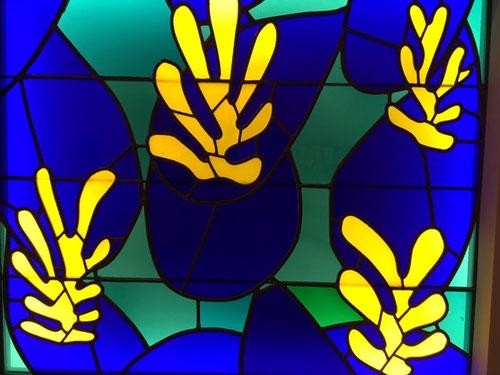 Henri Matisse.Vitrail, El árbol de la vida 1950.Vidrio coloreado transparente y esmerilado, engastado en plomo.Musée Matisse.78x91cm.Transposición de los gouaches para la capilla de los dominicos en Vence,todo un diseño formal trazado en el color.