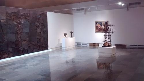 A la izquierda el Gólgota de Lucio Muñoz. Técnica mixta sobre madera. Museo Bellas Artes de Bilbao.