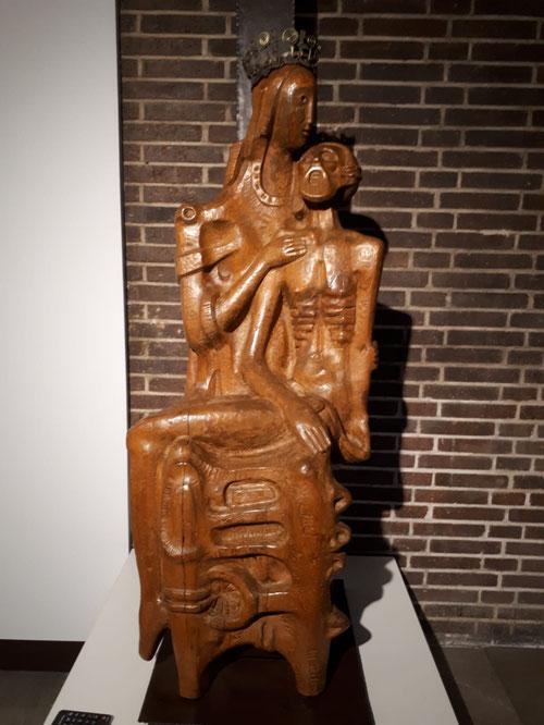 Piedad 1956 de Coomonte.Madera, hierro forjado y cobre.142x60x45cm. Colección del artista.