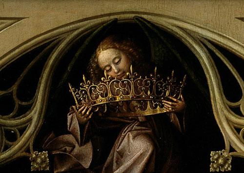 El angel que sostiene la corona de la Virgen con cabello y manos pintadas con precisión, su túnica es morada.La corona con flor de lis.La traceria con arco conopial de vértice redondeado.