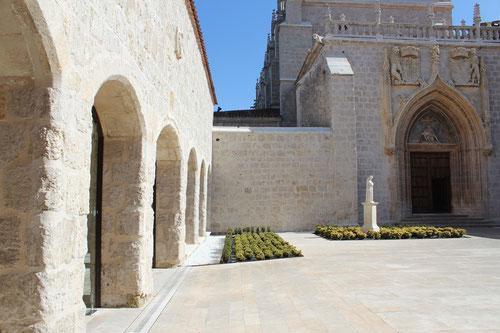 Una vez pasada la galería de entrada vemos la portada principal enmarcada en arco conopial, que cobija arquivoltas decoradas.