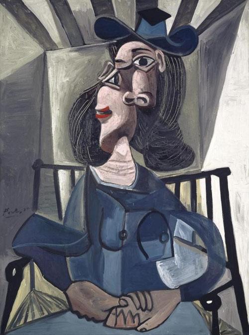 Interpreta Picasso a Dora Maar con sombrero sentada como una dama noble con toque español sentada de frente con riguroso perfil para realzar su nariz clásica recta, personalidad distinguida y sofisticada que acentúa su grandeza y serenidad.