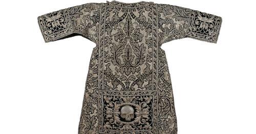 El terno funerario de las calaveras para exequias de las reales mujeres, brocado en plata con perfiles de terciopelo negro y cenefas bordadas