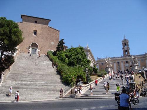 ESTA ES LA FOTO CAPTURADA DEL TURSTA DE 2011.Grandiosa escalinata de Santa María d´Aracoeli en Roma.