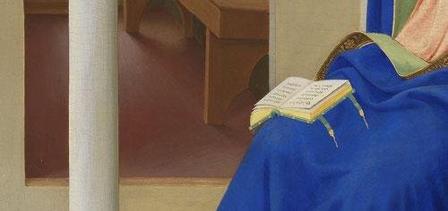 Vemos a María, con las manos juntas en el pecho, en actitud de aceptación de la voluntad de Dios. María está en silencio, orando. En este ambiente espiritual, el Ángel Gabriel la sorprende. El libro abierto sobre sus rodillas da prueba de ello.