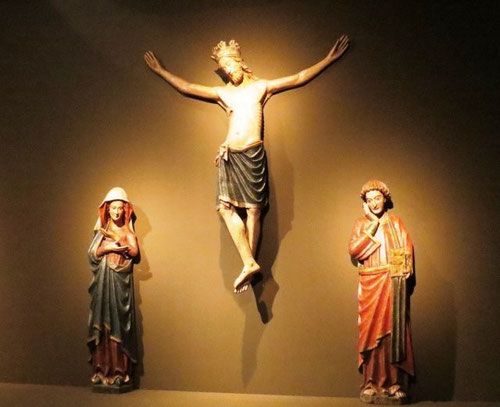 La sensibilidad religiosa enfatizó en la naturaleza humana de Cristo para estimular la oración.Este crucificado mayestático de 2m de altura de magnífica calidad plástica donde la Virge y S Juan encarnan la expresión intensa de este Calvario.Mediados SXIII