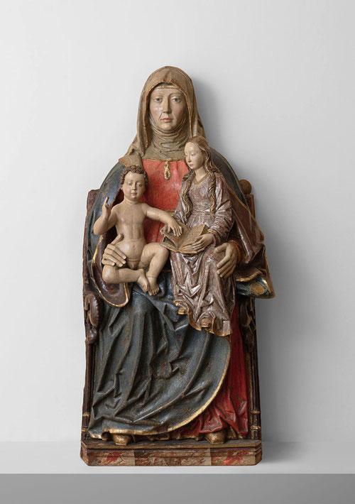 Anónimo castellano,círculo del maestro de Covarrubias,activo en Burgos.1510.La representación de Sta Ana alcanza un auge a finales de la Edad Media, La escultura responde al modelo Sta Ana Triple.Sta Ana recoge a la Virgen y a su nieto.
