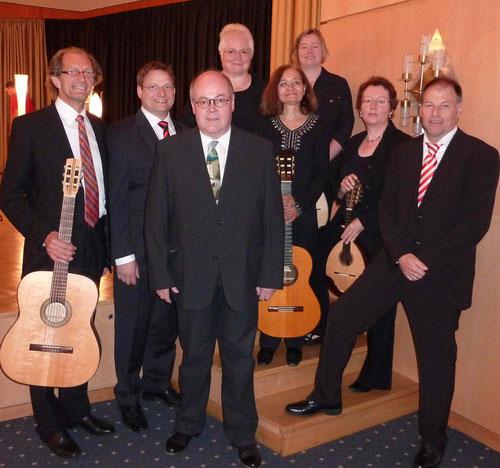 Meine Lieblingskapelle: Das Zupforchester Heimersheim mit mir (rechts) im schönen Theatersaal des Augustinums Bad Neuenahr