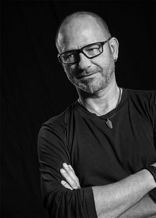 Schwarz-Weißfoto von Gerhard Hochleitner, legere Kleidung, Brille, 3 Tagesbart