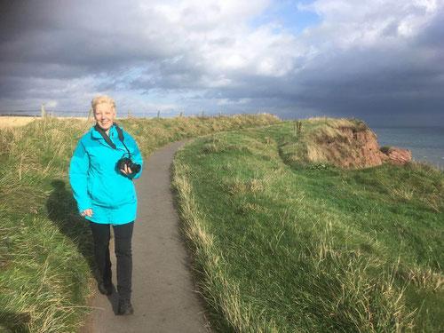 """""""Vom Winde verweht"""" beim Spaziergang an den Arbroath Cliffs"""