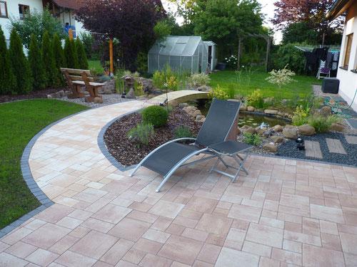Nachher: Stilvoll angelegte Beete, der Gartenteich und die harmonische Terrasse sorgen für Wohlfühl-Ambiente.