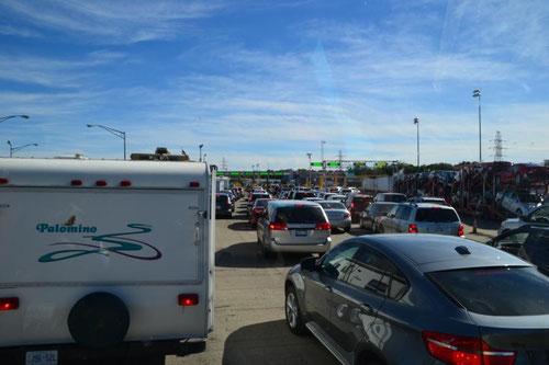 Jede Menge Autos vor der Grenze